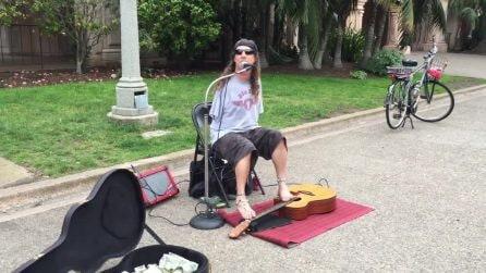 Suona la chitarra con i piedi e canta: un meraviglioso spettacolo nel parco