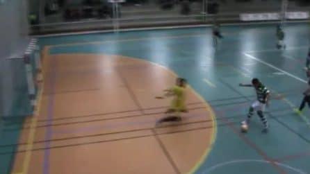 Scavalca il portiere con la bicicletta e festeggia con la dab: che azione al futsal!