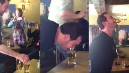 Beve una pinta intera di birra con le mani legate dietro la schiena