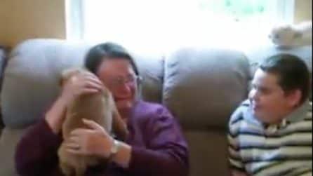Fa una sorpresa alla mamma per la sua festa: la reazione della signora è davvero commovente