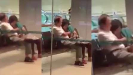 Le palpa il seno nell'attesa del treno: coppia scoperta in atteggiamenti spinti