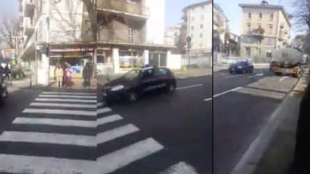 Bergamo: l'inseguimento dei carabinieri in retromarcia, la scena è insolita