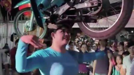 Danza con una moto in equilibrio sulla testa: insolito spettacolo in Vietnam