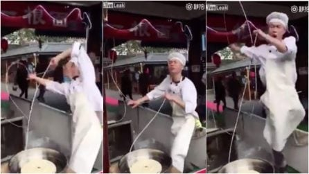 Cuoco e ballerino: prepara i noodles in modo bizzarro, la scena è esilarante