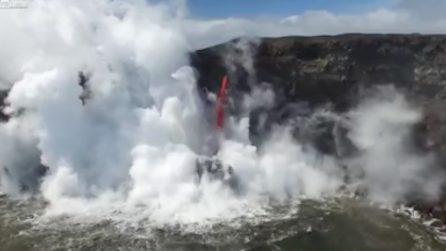 Quando il magma incontra l'Oceano: le spettacolari immagini aeree catturate dal drone