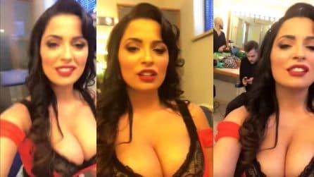 Alessia Macari super hot canta in camerino