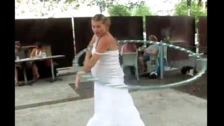 Incinta, balla e si scatena con l'hula hoop: le immagini sorprendenti