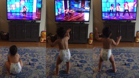 Parte il balletto in tv e la bimba col pannolino inizia la sua meravigliosa danza
