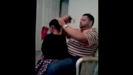 Il papà pettina i capelli e fa una nuova acconciatura alla figlia