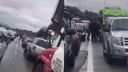 Traffico bloccato per un incidente, il camioncino apre il chiosco e inizia a vendere tacos