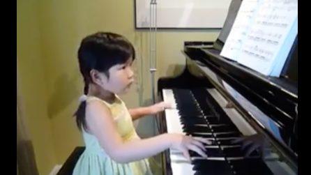 A 5 anni è una piccola bimba prodigio: suona il pianoforte in modo sorprendente