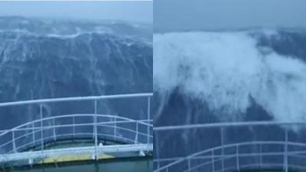 Il mare è molto agitato e mette i brividi: le immagini impressionanti dalla nave