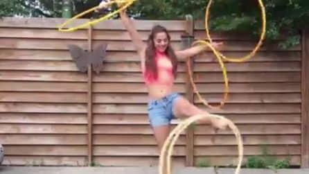Muove gli hula hoop con gambe e braccia contemporaneamente: è bravissima