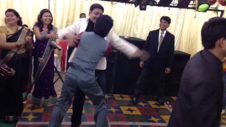 Matrimonio indiano, il ballo sfrenato degli invitati ubriachi