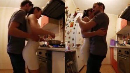 Raggiunge la fidanzata ai fornelli e scatta la passione: Il balletto sensuale in cucina