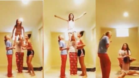 Tentano un numero da cheerleaders ma commettono un grande errore: il salto bloccato dal soffitto