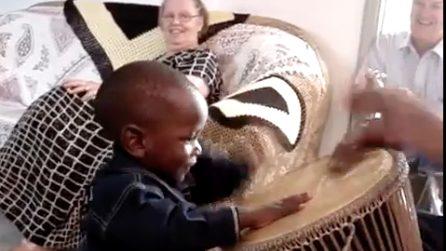 Il bimbo africano suona il tamburo: festa nella casa famiglia