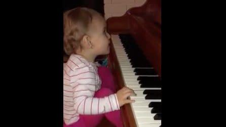 Nata cieca, la piccola Anabelle suona il pianoforte: le emozionanti immagini