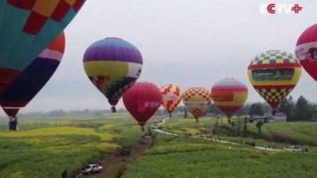 Matrimonio in mongolfiera sopra una distesa di fiori: nozze da sogno in Cina