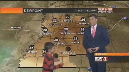 Il bimbo irrompe in diretta tv durante le previsioni meteo: il papà è imbarazzato