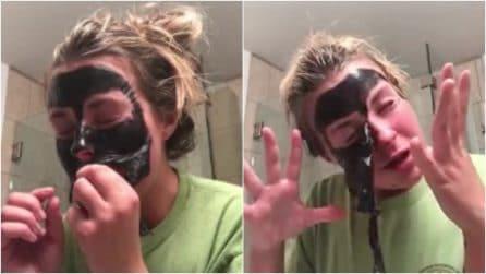 Applica la maschera al carbone: quando tenta di rimuoverla qualcosa va storto