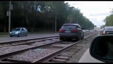 L'auto sta camminando sui binari: la scena è davvero bizzarra