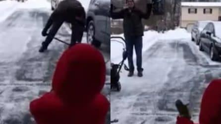 Spala la neve e riceve gli applausi dal suo piccolo fan