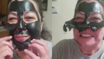 Applica la maschera al carbone ma ha qualche problema a toglierla dal viso