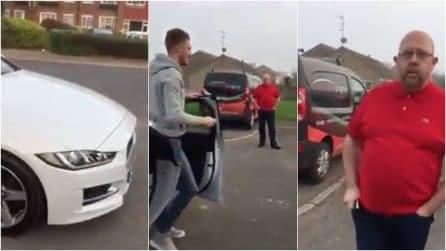 Giovane calciatore regala al padre una Jaguar per il suo 50esimo compleanno: le immagini della sorpresa