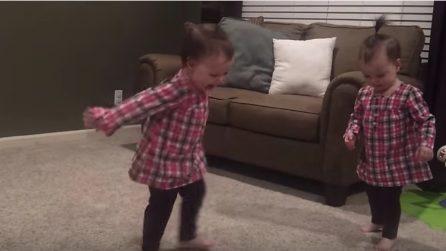 Il padre suona la chitarra e le gemelline ballano: la scena è dolcissima