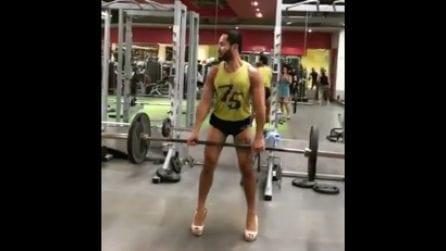 Solleva il bilanciere indossando i tacchi a spillo: il bodybuilder e l'allenamento sensuale