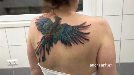 Il tatuaggio della fenice si anima muovendo le spalle: l'idea geniale