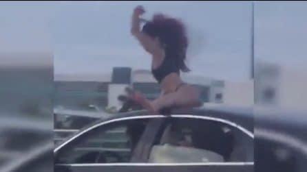 Il twerking in mutande fuori al tettuccio dell'auto in corsa: il divertimento spericolato della ragazza