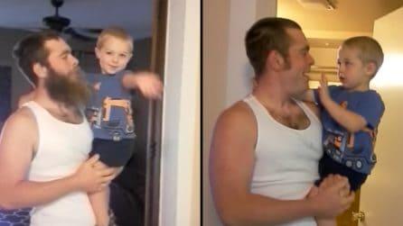 Il padre decide di tagliarsi la barba e la reazione del bambino è bellissima