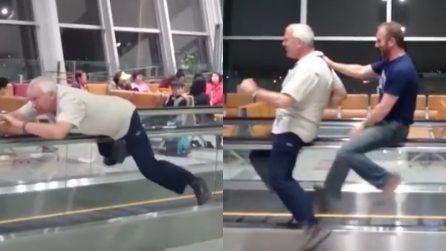 """""""Cosa fare se ti annoi in aeroporto"""": l'idea originale è esilarante"""