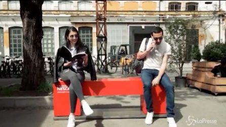 """Milano, una panchina """"particolare"""": quando due sconosciuti si siedono ciò che accade è sorprendente"""