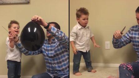 Il bimbo buca il palloncino e scopre che avrà una sorellina: la sua reazione è divertente