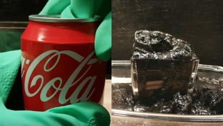 Mischia coca cola e acido in un bicchiere: la simulazione di cosa accadrebbe nel nostro stomaco