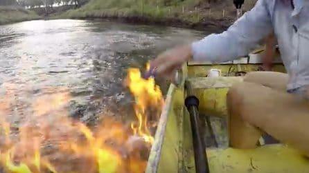 Naviga sul fiume e accende una piccola fiamma: all'improvviso sull'acqua divampa un incendio