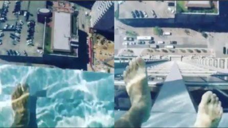 La vista mozzafiato ad un'altezza spaventosa: il fondale della piscina è trasparente