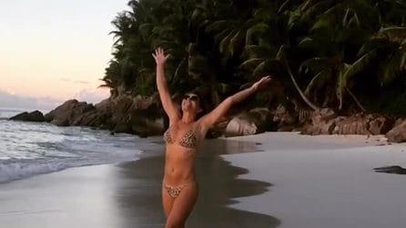 Elizabeth Hurley corre in spiaggia e mette in mostra il corpo perfetto