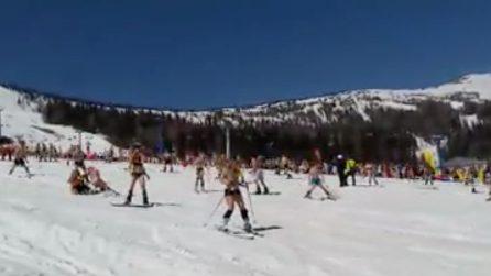In costume su snowboard e sci: il festival bizzarro sulla neve