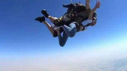 Si lancia con il paracadute a Dubai: l'esperienza adrenalinica della modella