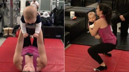 La mamma si allena con il figlio: lei rassoda e lui si diverte ad aiutarla