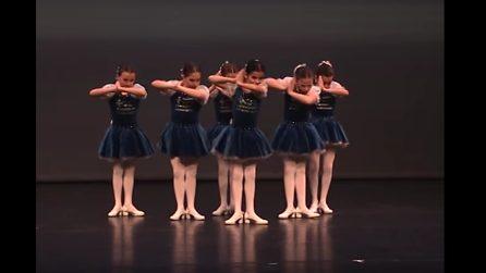 Le bambine si posizionano così: quando parte la musica danno vita a una magnifica danza