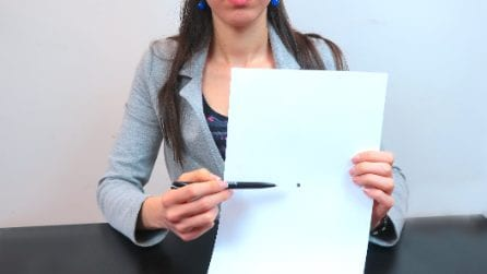 L'insegnante disegna un punto nero sul foglio: il motivo ci farà riflettere