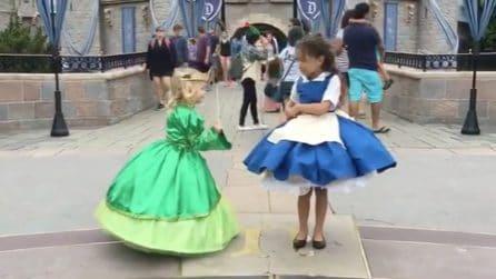 """La piccola si trasforma in una principessa con un """"tocco di bacchetta"""": l'incantesimo del vestitino"""