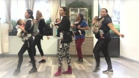 Marsupio e scarpe da ginnastica: il ballo di gruppo delle mamme insieme ai loro piccoli