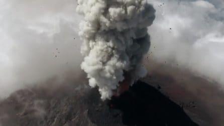 Guatemala, il drone vola sopra il Vulcano de Fuego durante l'eruzione: uno spettacolo unico