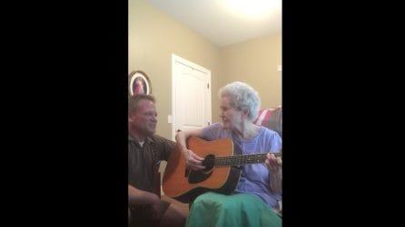 La mamma è malata di Alzheimer, ma suona la chitarra e canta una dolce canzone